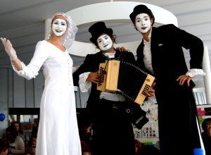 échassier, musicien, jongleur