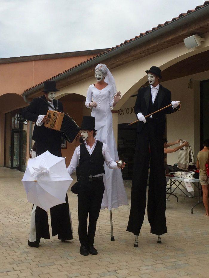 spectacle déambulatoire échassier, jongleur et musicien